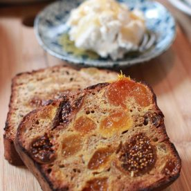 House made fig and apricot fruit bread, whipped ricotta, rooftop honey (AUD10)