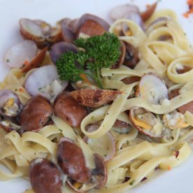 Vongole - Linguine pasta, with fresh clams in a light garlic & parsley sauce
