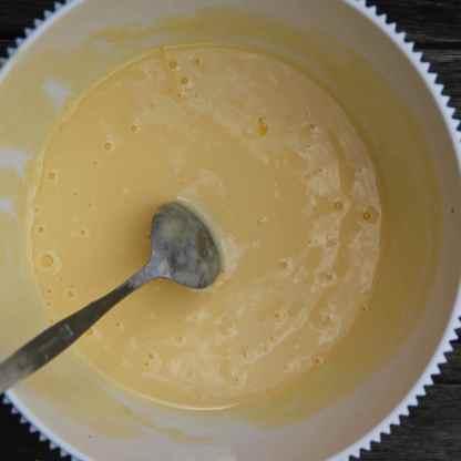 Beat the eggs into the yogurt.